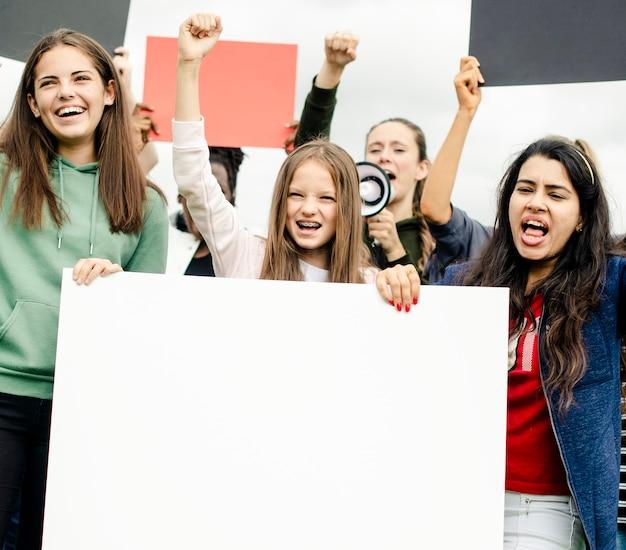 화난 여성 운동가의 그룹 시위