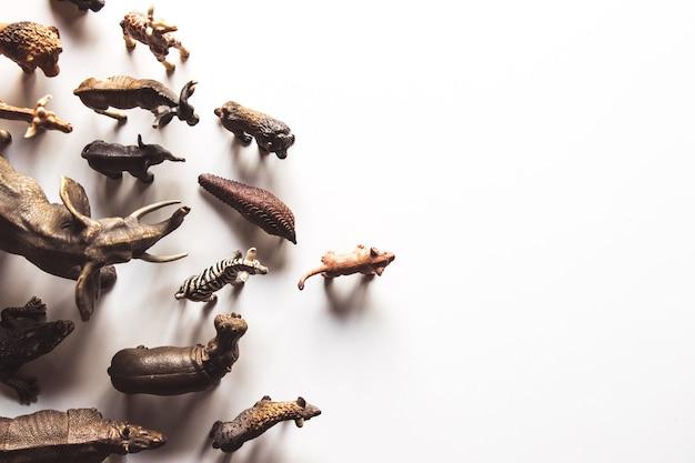 白い背景の上に分離された動物のおもちゃのグループ。動物のおもちゃ。
