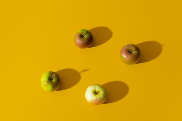 黄色い表面のリンゴのグループ