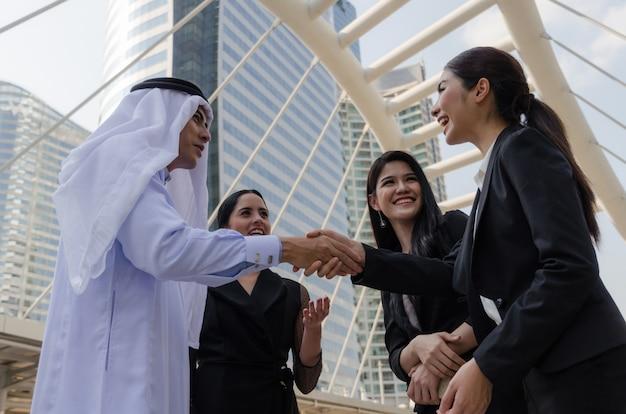 새로운 프로젝트 계획 비즈니스 회의를 마친 후 아라비아 비즈니스 사람들이 악수의 그룹