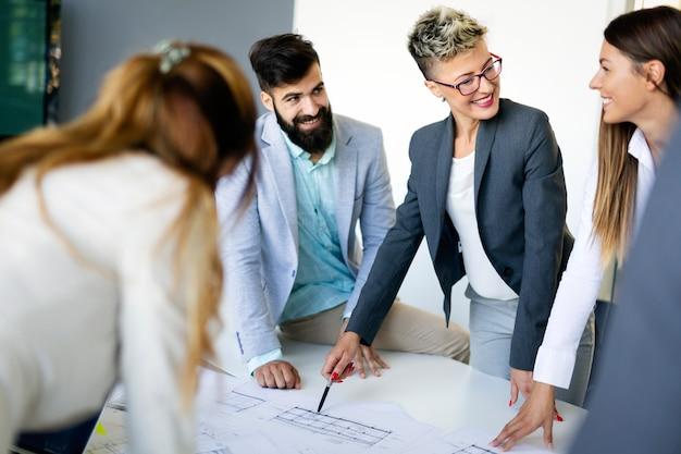 Группа архитекторов и деловых людей, работающих вместе и проводящих мозговой штурм
