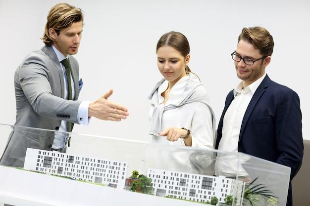 Группа архитекторов, разделяющих идеи в современном офисе