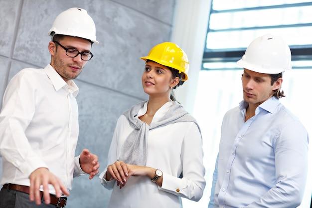 현대 사무실에서 아이디어를 공유하는 건축가 그룹