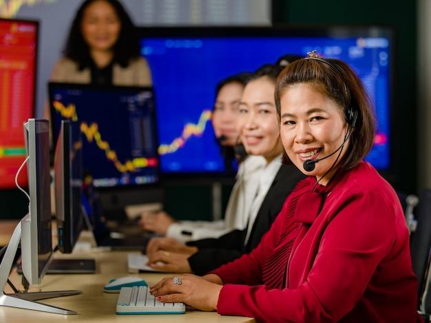 아시아 여성 고객 서비스 운영자 그룹이 마이크 헤드셋을 착용하고 웃는 전면 그래프