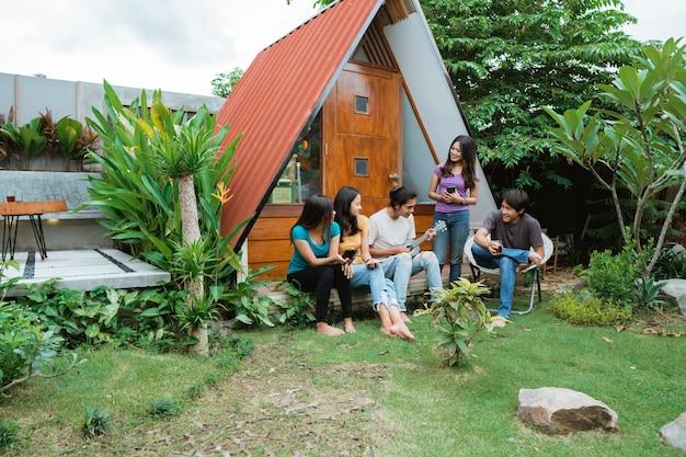 아시아 친구의 그룹 재미 노래와 뒤뜰에서 함께 기타를 연주