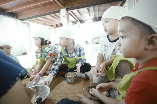 음식을 준비하고 집에서 즐거운 시간을 보내는 아시아 어린이 그룹, 홈스쿨링, 교육 개념.