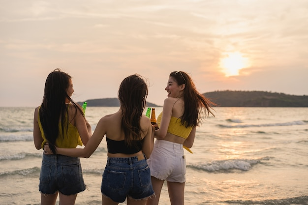Группа азиатских девочек-подростков, празднующих на пляже