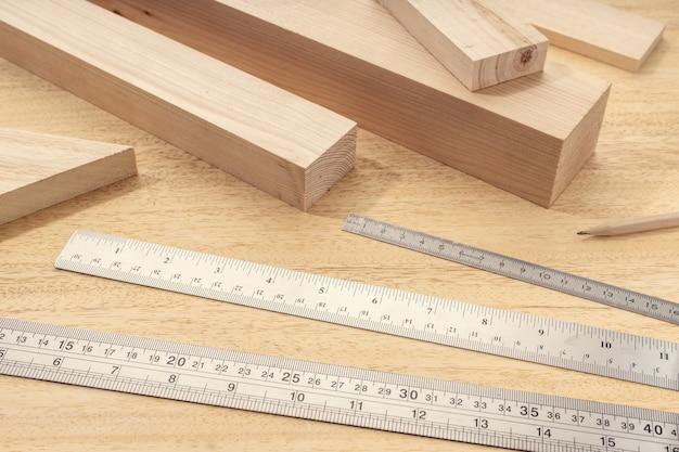 Группа разборного древесного материала с профессиональными линейками. плотницкие работы по измерению древесины или концепции изделий из дерева. закрыть вверх