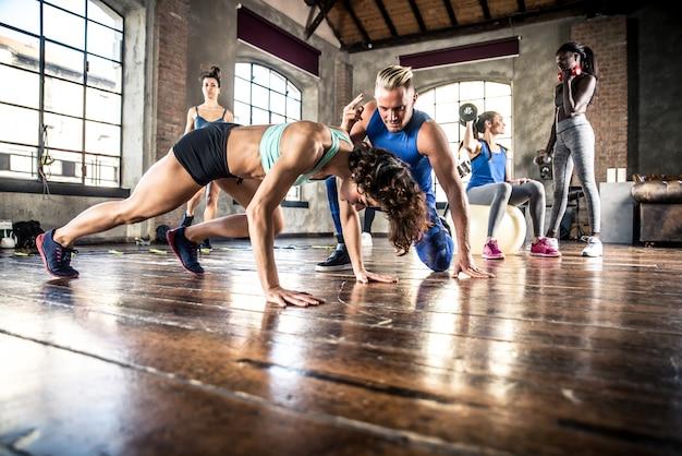 機能的な体操でトレーニング選手のグループ