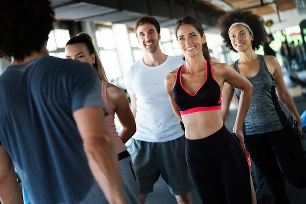 체육관에서 운동하는 운동 선수 그룹