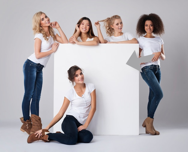 빈 보드와 함께 아름 다운 여자의 그룹