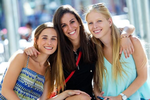 Группа красивых молодых девушек на улице. день покупок. Бесплатные Фотографии
