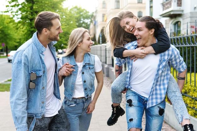 Группа лучших друзей в городском парке. молодые люди рады видеть друг друга во время встречи.