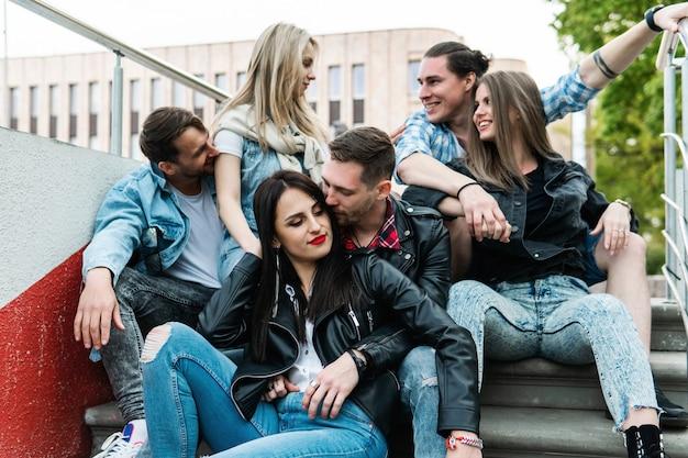 Группа лучших друзей на открытом воздухе. молодые люди рады видеть друг друга во время встречи.