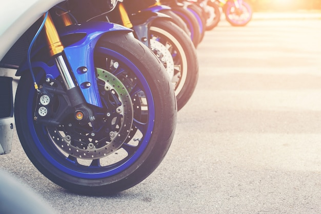 Группа большой велосипед и супербайком на стоянке мотоциклов.