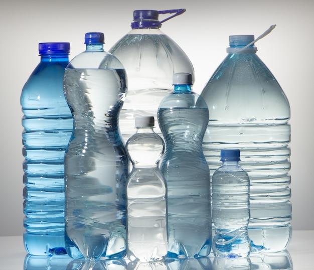 きれいな飲料水で、大きなペットボトルのグループ