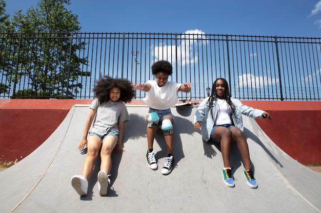 Группа черных девушек, проводящих время вместе на открытом воздухе