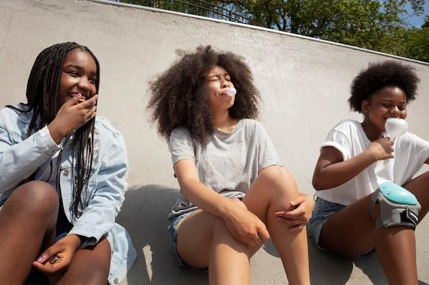 Группа черных девушек, проводящих время вместе