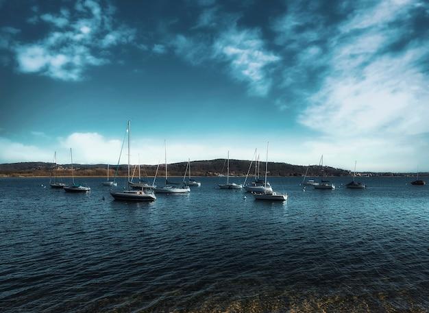 Группа лодок в озере