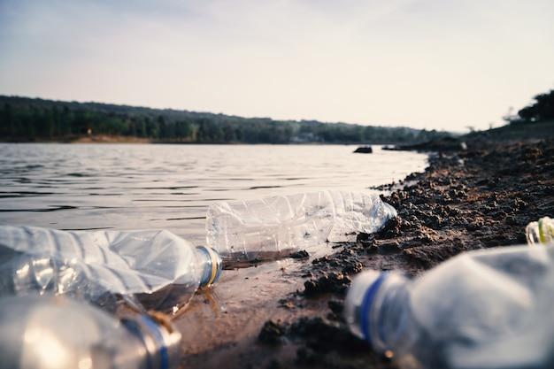 Группа в составе пластмасса бутылки в реке, проблема окружающей среды и загрязнение в концепции воды.
