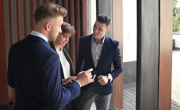 タブレットに取り組んでいるビジネスの人々のグループ