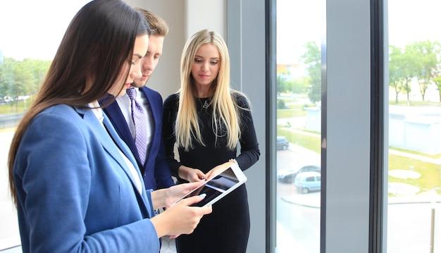 Группа деловых людей, работающих на планшете
