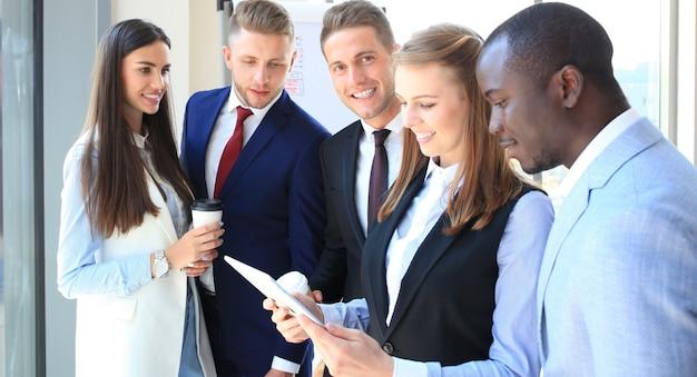 태블릿에서 작업하는 비즈니스 사람들의 그룹