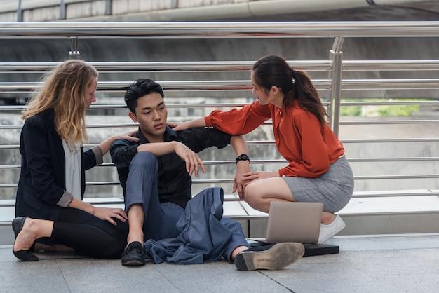 ビジネスのグループが失敗または失敗の概念、都市に座る