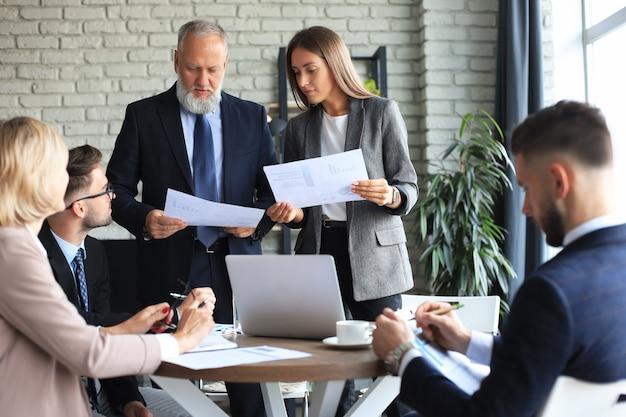 사무실에서 아이디어를 논의하고 작업을 계획하는 비즈니스 파트너 그룹입니다.