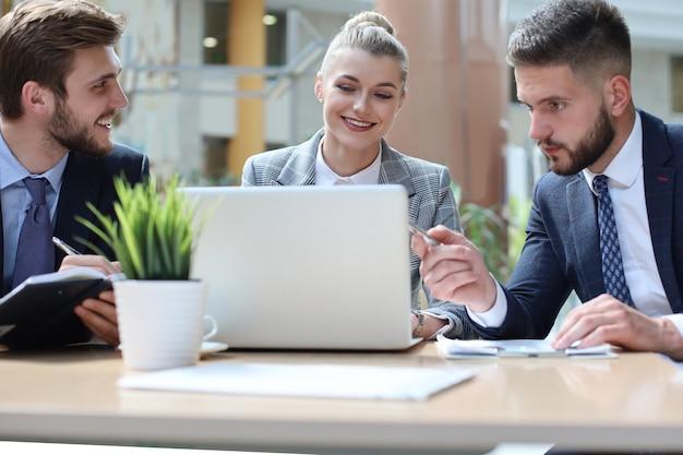 Группа деловых партнеров обсуждает идеи и планирует работу в офисе.