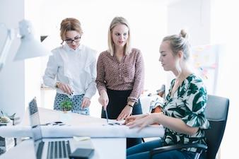 会議でクリエイティブな仕事を計画しているビジネスパートナーのグループ