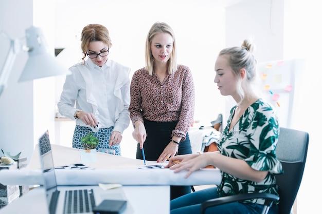 회의에서 창의적인 작업을 계획하는 비즈니스 파트너 그룹