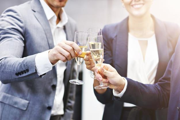 現代のオフィスでの成功を祝うビジネスマンのグループ
