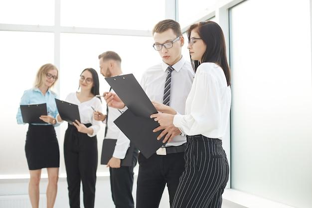 Группа деловых людей обсуждает деловые документы