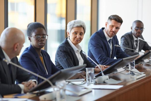 Группа деловых людей обсуждает новый проект вместе в команде во время встречи в зале заседаний