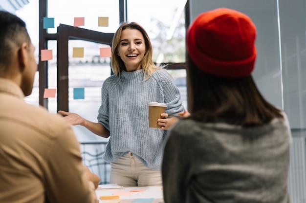 시작, 이야기, 브레인 스토밍, 민첩성을 사용하여 함께 작업하는 사업 사람들의 그룹