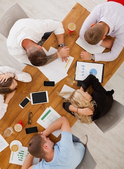 ビジネスマンのグループは、オフィスで睡眠を使い果たしました、上面図