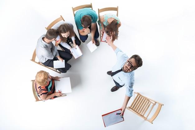 Группа деловых людей на встрече