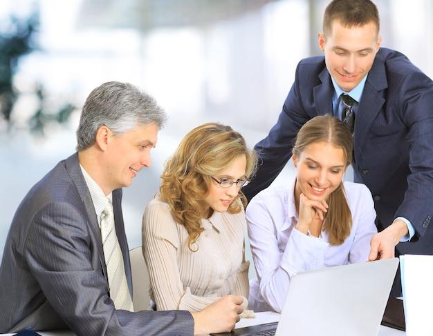 プロジェクトに取り組んでいるオフィスのビジネスマンのグループ