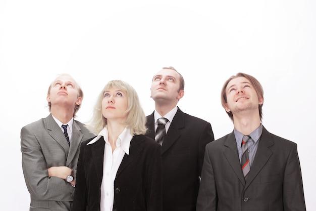 Группа деловых людей, глядя на копию пространства.