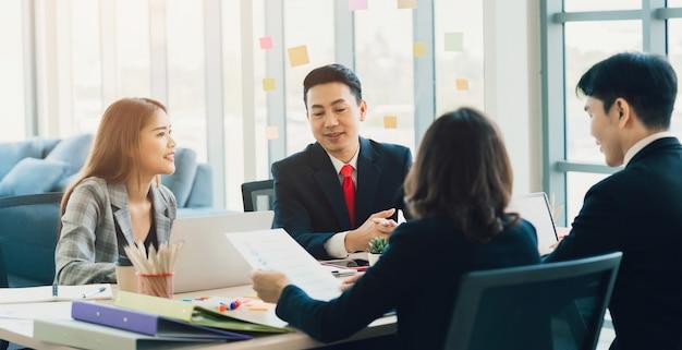 Группа деловых людей, встречающихся в зале заседаний