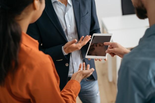 시작을 계획하는 사업 사람들의 그룹, 사무실에서 협력. 동료 브레인 스토밍, 팀워크 개념
