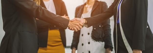 握手ビジネス人々のグループ。