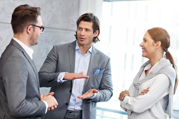 현대 사무실에서 아이디어를 공유하는 사업 사람들의 그룹