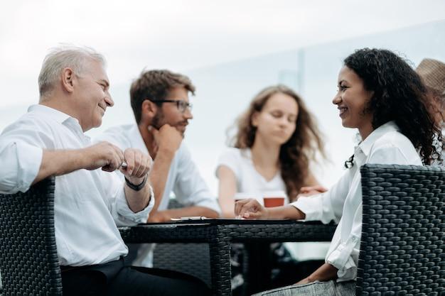 Группа деловых людей, сидящих за дискуссионным столом