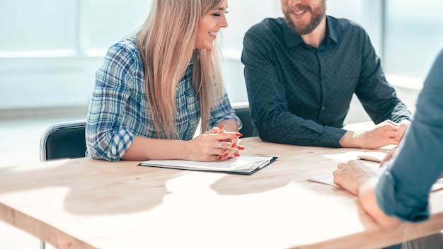 사무실 테이블에 앉아 사업 사람들의 그룹입니다. 고용의 개념