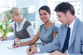 オフィスでメモを取るビジネス・グループのグループ