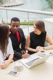 Группа деловых людей команды встречи говорить собеседование мозгового штурма строгания.
