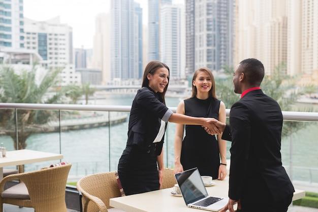 비즈니스 사람들이 팀 회의 작업 인터뷰 브레인 스토밍 기획 이야기의 그룹.