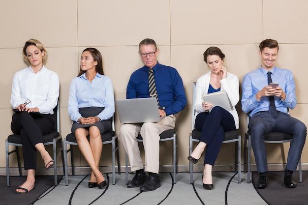 인터뷰를 기다리는 사업 사람들의 그룹